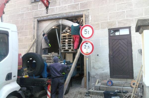 Fotografie ke článku: Brána utrpěla ránu, opravy právě probíhají