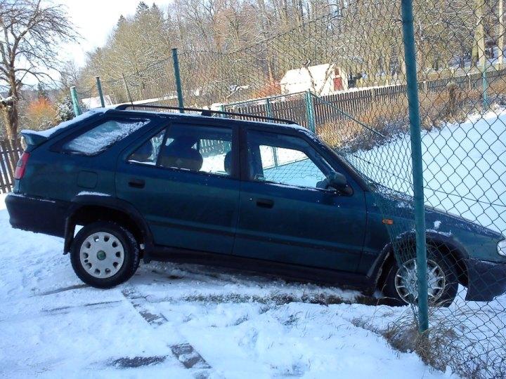 Fotografie ke článku: Automobil při nehodě poškodil plot sportoviště