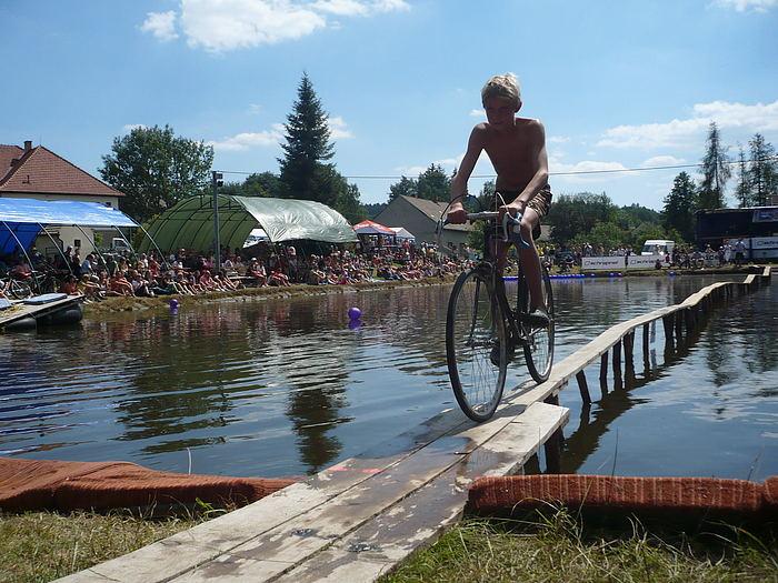 Fotografie ke článku: Růženská lávka letos popáté vyzývá kjízdě na kole i trakaři