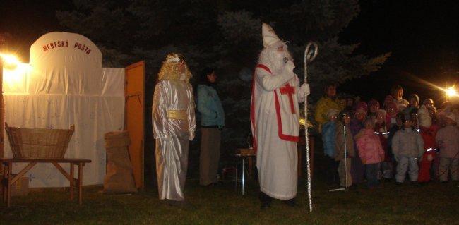Fotografie ke článku: Těsnohlídkova tradice žije, v Krahulčí rozsvítili smrk