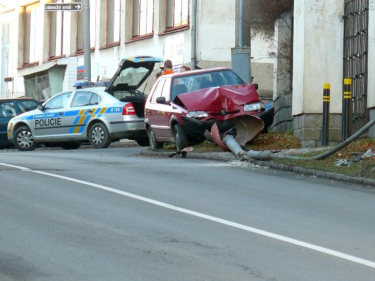 Fotografie ke článku: Kvůli nepozornosti řidiče bude v Třešti tma. Lampa vzala po nárazu za své.