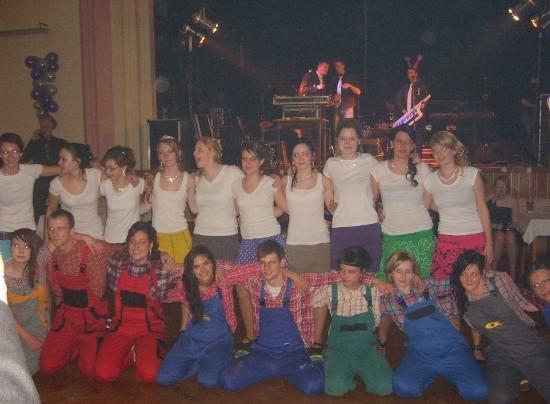 Fotografie ke článku: Maturitní ples SOŠ: Bohatá tombola a rocková kapela