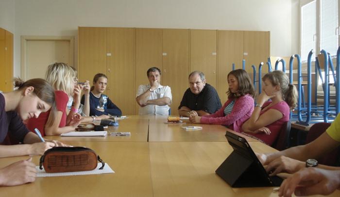 Fotografie ke článku: Třetí schůze Studentského parlamentu přinesla objasnění schránky důvěry a prospěchu na webu
