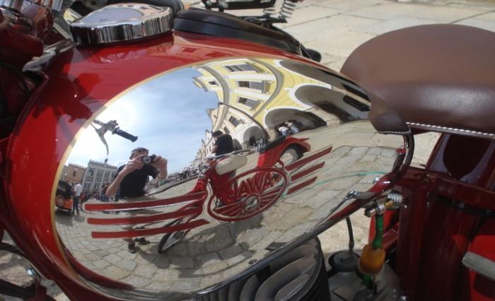 Fotografie ke článku: Telčské náměstí zaplnily nejen motocykly a velocipedy